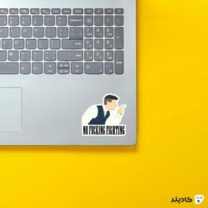استیکر لپ تاپ پیکی بلایندرز، بدون هیچ مبارزهای روی لپتاپ