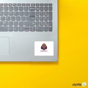 استیکر لپ تاپ کمپانی روی لپتاپ