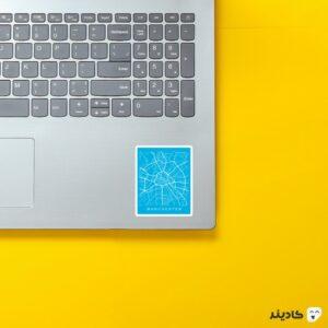 استیکر لپ تاپ منچسترسیتی روی لپتاپ