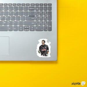 استیکر لپ تاپ شماره یک روی لپتاپ