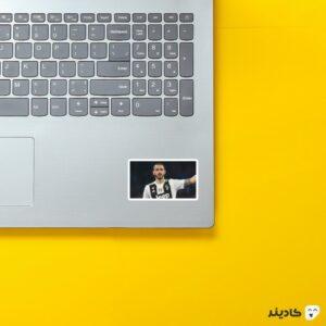 استیکر لپ تاپ بونوچی روی لپتاپ