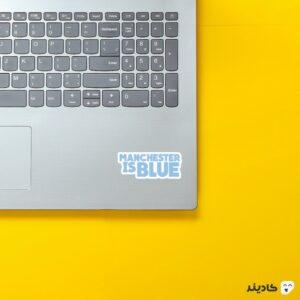 استیکر لپ تاپ منچستر به رنگ آبی روی لپتاپ