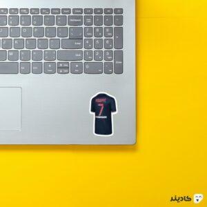 استیکر لپ تاپ پیراهن امباپه روی لپتاپ