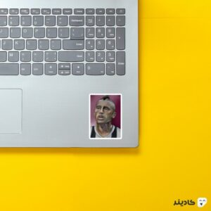 استیکر لپ تاپ پرتره ویدال روی لپتاپ
