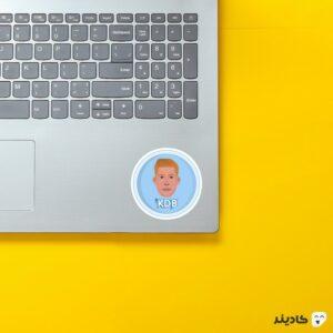 استیکر لپ تاپ کوین دیبروین روی لپتاپ