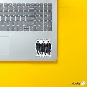 استیکر لپ تاپ پیکی بلایندرز، رو در رو روی لپتاپ
