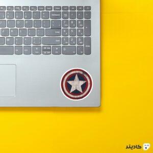استیکر لپ تاپ قهرمان آمریکایی روی لپتاپ