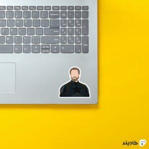 استیکر لپ تاپ کاپتان روی لپتاپ
