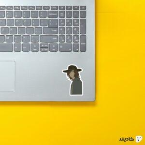 استیکر لپ تاپ پوستر کارل رنگی روی لپتاپ