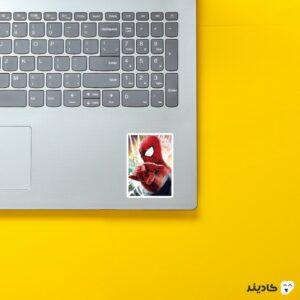 استیکر لپ تاپ پوستری از مرد عنکبوتی روی لپتاپ