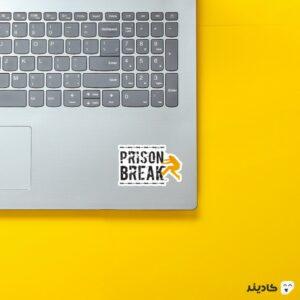 استیکر لپ تاپ فرار از زندان - لوگوی اسم سریال و مایکل روی لپتاپ