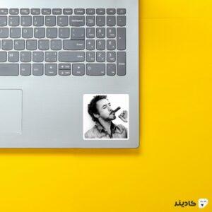 استیکر لپ تاپ رابرت دانی جونیور روی لپتاپ