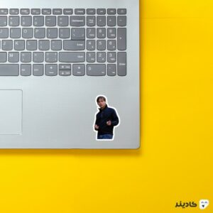 استیکر لپ تاپ توبی مگوایر روی لپتاپ