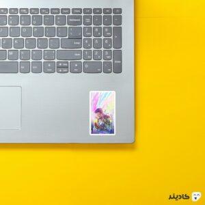 استیکر لپ تاپ قهرمان روی لپتاپ