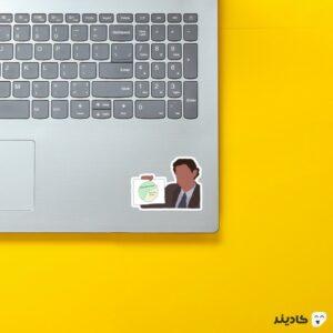 استیکر لپ تاپ سریال آفیس - پوستر جیم و نمودارش روی لپتاپ