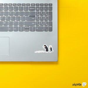 استیکر لپ تاپ شرلوک در حال جستجو روی لپتاپ