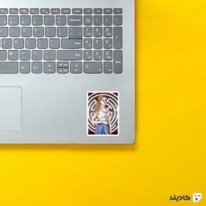 استیکر لپ تاپ پرتره از دلوروس روی لپتاپ