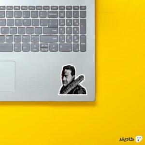 استیکر لپ تاپ پوستر نگان روی لپتاپ