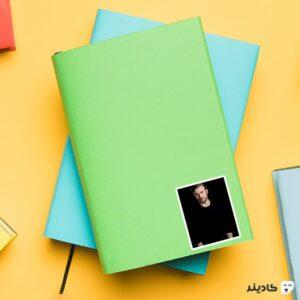 استیکر لپ تاپ پرتره سیاه کریس ایوانز روی دفترچه