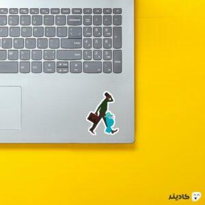 استیکر لپ تاپ جو به همراه روحش در حال عبور روی لپتاپ