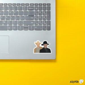 استیکر لپ تاپ نمایی از ویلیام و دوستش روی لپتاپ