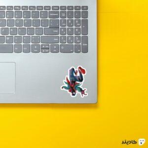 استیکر لپ تاپ سفر به دنیای عنکبوتی روی لپتاپ