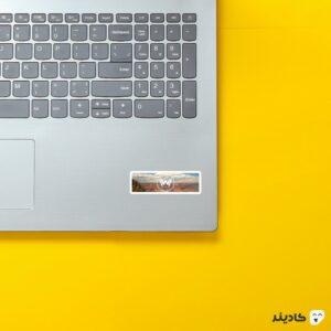 استیکر لپ تاپ دیوار غول پیکر روی لپتاپ