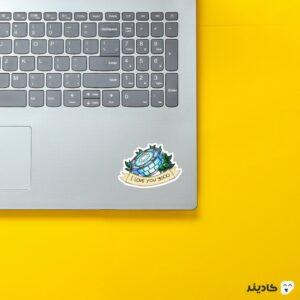 استیکر لپ تاپ سه هزارتا دوست دارم روی لپتاپ