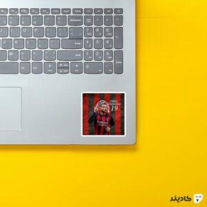 استیکر لپ تاپ تئو هرناندز شماره ۱۹ روی لپتاپ