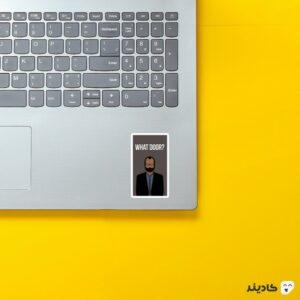 استیکر لپ تاپ نمای هنری از برنارد روی لپتاپ