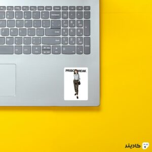 استیکر لپ تاپ فرار از زندان - پوستر سارا و لوگوی اسم سریال روی لپتاپ