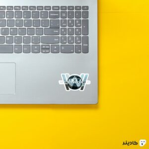استیکر لپ تاپ لوگوی وست ورلد روی لپتاپ