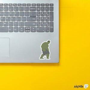 استیکر لپ تاپ آقای سبز روی لپتاپ