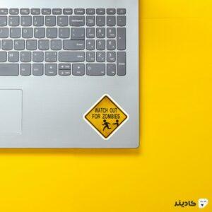 استیکر لپ تاپ تابلوی خطر برای زامبی روی لپتاپ