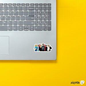 استیکر لپ تاپ شخصیتهای سریال کنارهم روی لپتاپ