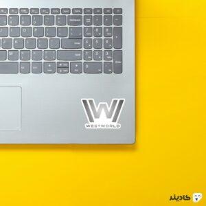 استیکر لپ تاپ لوگوی متالیک وست ورلد روی لپتاپ