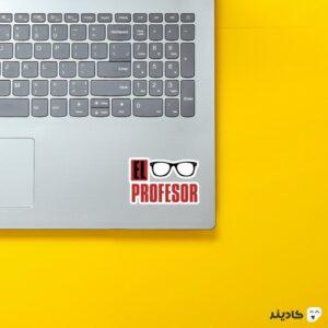 استیکر لپ تاپ تایپوگرافی و عینک پروفسور روی لپتاپ