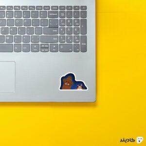 استیکر لپ تاپ جو و گربهاش (نصفه) روی لپتاپ