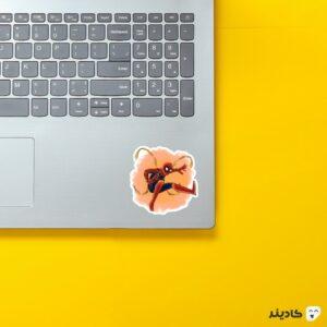 استیکر لپ تاپ عنکبوت آهنی روی لپتاپ