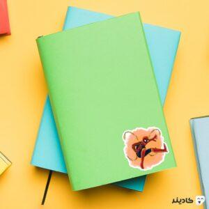 استیکر لپ تاپ عنکبوت آهنی روی دفترچه