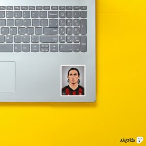 استیکر لپ تاپ آلساندرو نستا روی لپتاپ