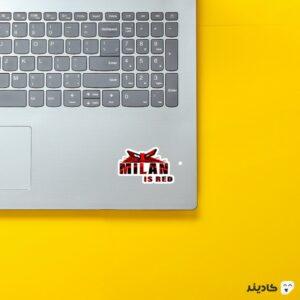 استیکر لپ تاپ میلان قرمزه روی لپتاپ