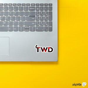 استیکر لپ تاپ لوگوی اسم سریال به رنگ قرمز روی لپتاپ