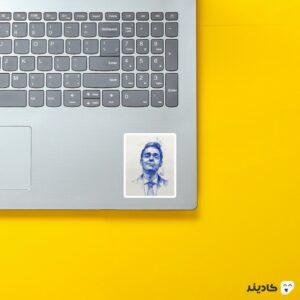 استیکر لپ تاپ هنری برلین روی لپتاپ