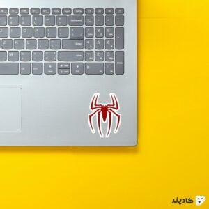 استیکر لپ تاپ لوگوی مرد عنکبوتی روی لپتاپ