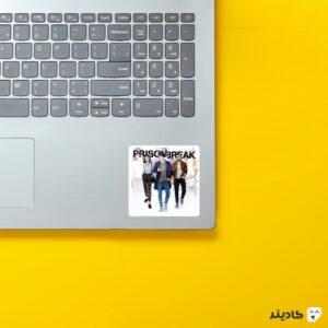 استیکر لپ تاپ فرار از زندان - مایکل و سارا و لینکلن و لوگوی اسم سریال روی لپتاپ