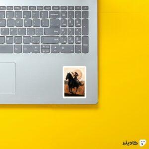 استیکر لپ تاپ دلورس روی اسب روی لپتاپ