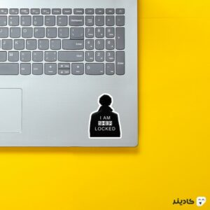 استیکر لپ تاپ پوستر سیاه سفید شرلوک روی لپتاپ