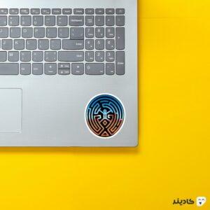استیکر لپ تاپ لوگوی مارپیچ رنگی روی لپتاپ