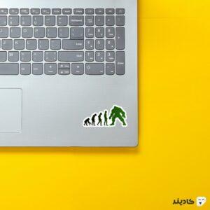 استیکر لپ تاپ تکامل سبز روی لپتاپ